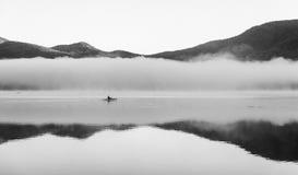 Το kayaker στη δεξαμενή Chittenden στην ομίχλη Στοκ Εικόνα