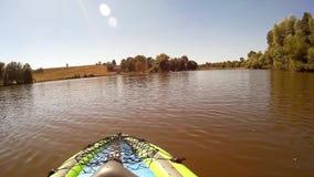 Το Kayaking σε Pivdennyi, Buh, νότιο, ζωύφιο, Khmelnytskyi, ερωδιός της Ουκρανίας απογειώνεται φιλμ μικρού μήκους