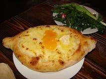Το Khachapuri είναι το πιό εύγευστο της Γεωργίας πιάτο Στοκ Εικόνες