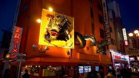 Το Kinryu το εστιατόριο νουντλς με το χρυσό πίνακα διαφημίσεων δράκων απόθεμα βίντεο