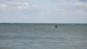 Το Kitesurfer κάνει ένα πολύ υψηλό άλμα στο νερό απόθεμα βίντεο