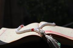 Το Koran και rosary σε το Στοκ φωτογραφία με δικαίωμα ελεύθερης χρήσης