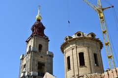 Το Kostroma στον πύργο κουδουνιών στο ύψος των επισκεπτών γεφυρών παρατήρησης εκεί θα παραδώσει 2 ανελκυστήρες στοκ φωτογραφίες