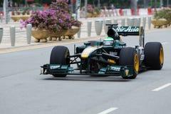 Το Kovalainen επιταχύνει κάτω από τον ευθύ σε μια F1 επίδειξη Στοκ Εικόνα