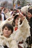 Το Kukeri, μίμοι με προσωπείο παιδιών εκτελεί τα τελετουργικά με τα κοστούμια και τα μεγάλα κουδούνια στο διεθνές φεστιβάλ των πα στοκ φωτογραφία