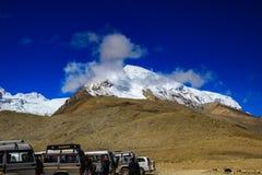 Το Lachen, Sikkim, τον Ιούνιο του 2018, τουρίστες μπροστά από τα σταθμευμένα αυτοκίνητα κοντά στο βουνό κυμαίνεται της λίμνης Gur Στοκ φωτογραφίες με δικαίωμα ελεύθερης χρήσης