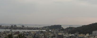 Το landcape του νησιού Cijin της πόλης kaohsiung, Ταϊβάν Με πολλά κτήρια και το φάρο Cihou στη φωτογραφία Στοκ Φωτογραφία