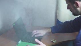 Το lap-top έσπασε και κάπνισε λειτουργώντας στο γραφείο απόθεμα βίντεο