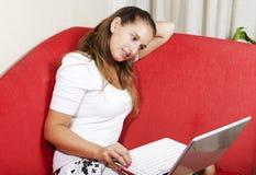 το lap-top της που χρησιμοποιεί τη γυναίκα Στοκ Φωτογραφία