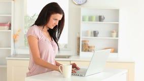 το lap-top της που χρησιμοποιεί τη γυναίκα απόθεμα βίντεο