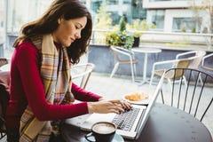 το lap-top της που χρησιμοποιεί τη γυναίκα Στοκ εικόνα με δικαίωμα ελεύθερης χρήσης