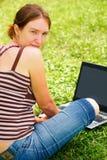 το lap-top της που χρησιμοποι&eps Στοκ Φωτογραφία