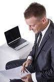 το lap-top του που φαίνεται άτομο στις γράφοντας νεολαίες Στοκ Εικόνες