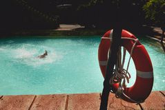 Το Lifebuoy με πληρώνει την προεξοχή από το wate Στοκ Εικόνες