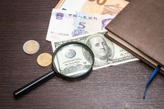 Το Magnifier εστίασε στο τραπεζογραμμάτιο 100 δολαρίων, ευρώ, δολάριο, τραπεζογραμμάτια reminbi Στοκ Φωτογραφία