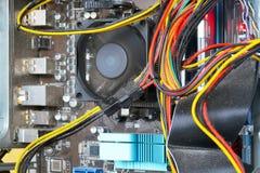 Το Mainboard και τα καλώδια μέσα της περίπτωσης προσωπικών Η/Υ καλύπτονται με τη σκόνη πολλή σκόνη από το δοχείο ψύξης στον επεξε στοκ εικόνες