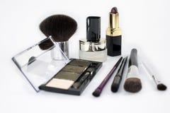 το makeup 4 βουρτσίζει 1 κραγιόν ένα μικρό βάζο της κρέμας στοκ εικόνες