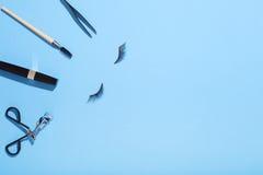 Το Makeup για το επίπεδο ματιών βάζει στο μπλε υπόβαθρο Στοκ φωτογραφία με δικαίωμα ελεύθερης χρήσης