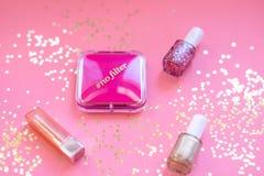 Το Makeup στο ρόδινο υπόβαθρο με το χρυσό ακτινοβολεί - έννοια νύχτας κοριτσιών έξω στοκ φωτογραφίες