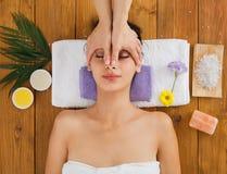 Το massagist γυναικών κάνει το μασάζ ανύψωσης προσώπου στο κέντρο wellness SPA Στοκ εικόνα με δικαίωμα ελεύθερης χρήσης