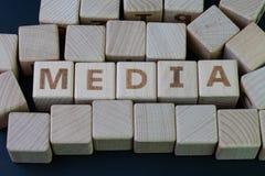 Το MEDIA, ο κοινωνικός Τύπος μέσων και η έννοια ειδήσεων, ξύλινος φραγμός κύβων με το αλφάβητο συνδυάζουν το MEDIA λέξης στο μαύρ στοκ φωτογραφία με δικαίωμα ελεύθερης χρήσης