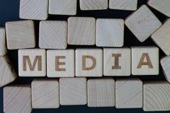 Το MEDIA, ο κοινωνικός Τύπος μέσων και η έννοια ειδήσεων, ξύλινος φραγμός κύβων με το αλφάβητο συνδυάζουν το MEDIA λέξης στο μαύρ στοκ εικόνα με δικαίωμα ελεύθερης χρήσης