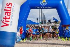 Το Meia Maratona DAS Areias - μισός μαραθώνιος των άμμων - αρχίζει τη γραμμή Στοκ Εικόνα