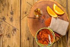 Το Mezcal βλαστάησε το μεξικάνικο ποτό με τις πορτοκαλιές φέτες, το πιπέρι τσίλι και το αλάτι σκουληκιών στο oaxaca Μεξικό Τοπ άπ Στοκ εικόνα με δικαίωμα ελεύθερης χρήσης