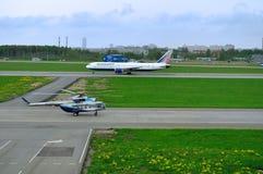 Το Mil mi-8 AMT (αριθμός μητρώου RA-24181) ελικόπτερο Sparc Avia Aviation Company και της αερογραμμής Boeing 767-3P6ER Transaero Στοκ Εικόνες