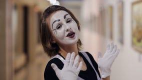 Το Mime με μια άσπρη σύνθεση στο πρόσωπό της παρουσιάζει διαφορετικές συγκινήσεις απόθεμα βίντεο