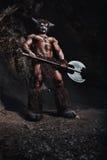 Το minotaur ατόμων bodyart με το τσεκούρι στη σπηλιά ελεύθερη απεικόνιση δικαιώματος