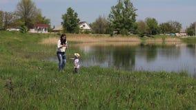 Το Mom έκανε ένα ζευγάρι των πικραλίδων για το γιο της απόθεμα βίντεο