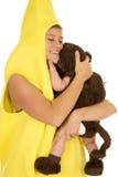Το Mom έντυσε ως μπανάνα με το αγκάλιασμα μωρών πιθήκων Στοκ Εικόνα