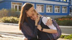 Το Mom αγκαλιάζει το άστατο έφηβη κοντά στο κολλέγιο απόθεμα βίντεο