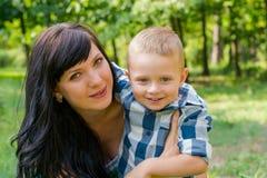 Το Mom αγκαλιάζει και κρατά το γιο της Ευτυχής οικογένεια - Mom και παιδί για το α Στοκ φωτογραφίες με δικαίωμα ελεύθερης χρήσης