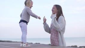 Το Mom αγκαλιάζει λίγη κόρη Τρεξίματα μωρών στο mom και τα αγκαλιάσματα αυτή απόθεμα βίντεο