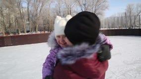 Το Mom αγκαλιάζει την όμορφη κόρη της το χειμώνα στην αίθουσα παγοδρομίας φιλμ μικρού μήκους