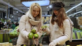 Το Mom αγοράζει τα υγιή τρόφιμα με την κόρη της στην υπεραγορά απόθεμα βίντεο