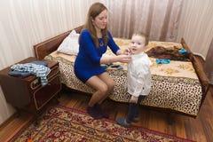 Το Mom βάζει το γιο της Στοκ φωτογραφία με δικαίωμα ελεύθερης χρήσης