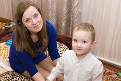Το Mom βάζει το γιο της Στοκ Φωτογραφίες
