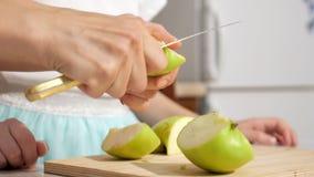Το Mom διδάσκει και παρουσιάζει κόρη της πώς να κόψει το μήλο στα μικρά κομμάτια φιλμ μικρού μήκους