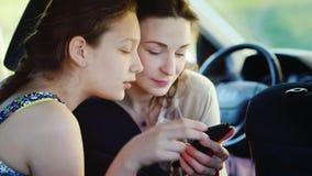 Το Mom είναι με φιλικούς όρους με την κόρη μιας εφηβικής επιστροφής Μαζί εξετάζουν κάτι στο τηλέφωνο _ φιλμ μικρού μήκους