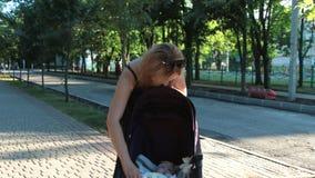 Το Mom εξετάζει στοργικά την κόρη της και κρατά το χέρι της Όμορφη νέα γυναίκα με ένα παιδί απόθεμα βίντεο
