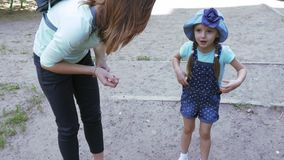 Το Mom επιπλήττει το κοριτσάκι απόθεμα βίντεο