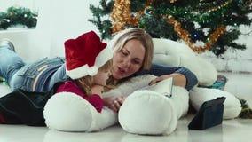 Το Mom διαβάζει μια ιστορία Χριστουγέννων απόθεμα βίντεο
