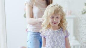 Το Mom κάνει διακοπές hairstyle στην κόρη της για 6 έτη απόθεμα βίντεο