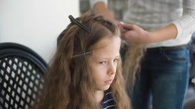 Το Mom κάνει hairstyle για ένα λυπημένο μικρό κορίτσι φιλμ μικρού μήκους