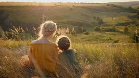 Το Mom και η κόρη 6 έτη εξετάζουν μαζί το ηλιοβασίλεμα απόθεμα βίντεο