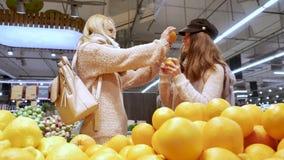 Το Mom και η κόρη έχουν τη διασκέδαση με τα πορτοκάλια φιλμ μικρού μήκους