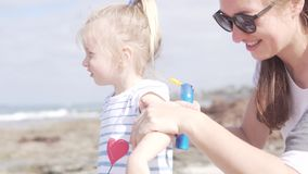 Το Mom και η κόρη ήρθαν στην παραλία απόθεμα βίντεο